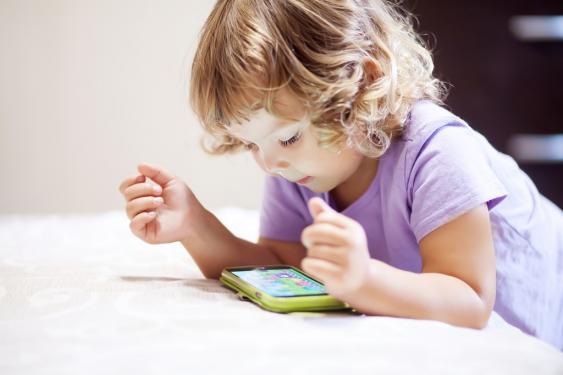 Kleines Mädchen mit buntem Smartphone