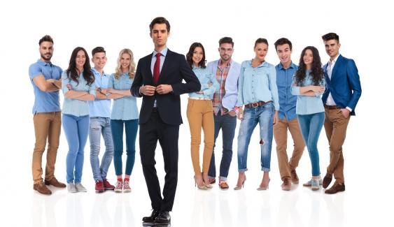 Anzugträger vor Leuten in informeller Kleidung