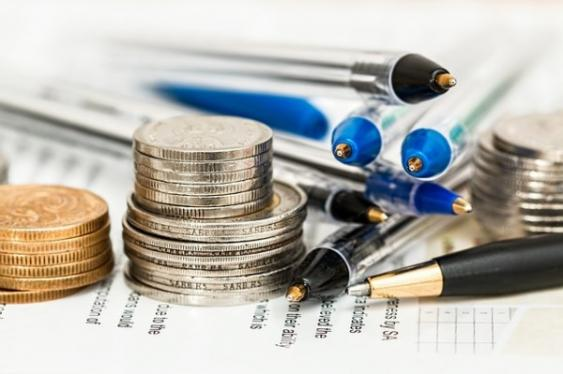 Münzen, Kugelschreiber und Bilanztabelle