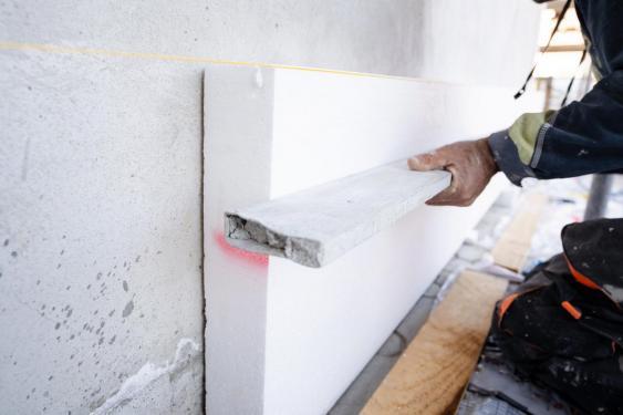 Anbringung von Styropor-Platte aus Außenwand eines Hauses