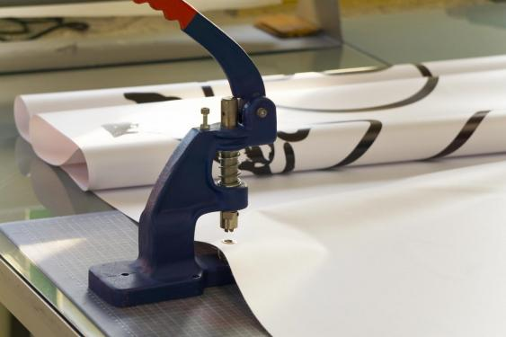 Anbringung einer Öse an einer PVC-Folie
