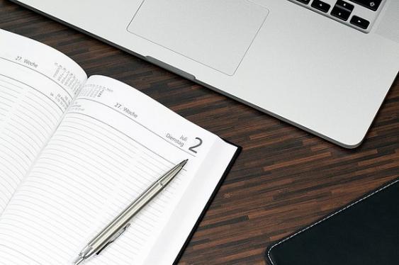 Schreibtisch mit Unterlagen