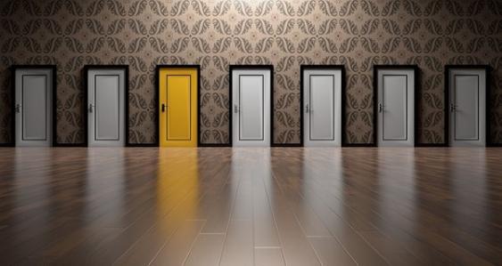 Flur mit zahlreichen geschlossenen Türen