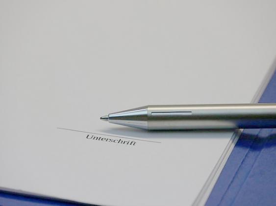 Vertrag und Kugelschreiber