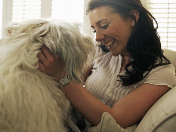 Frau streichelt ihren Hund