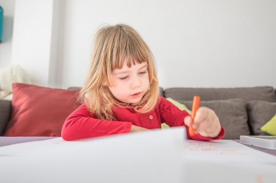 Linkshändiges Mädchen beim Malen