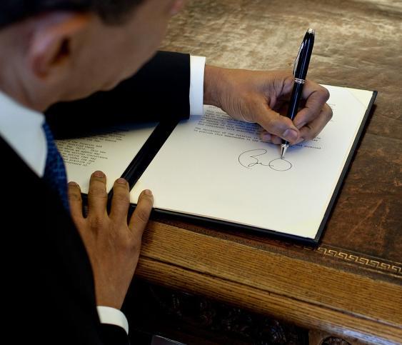US-Präsident Barack Obama beim Unterschreiben