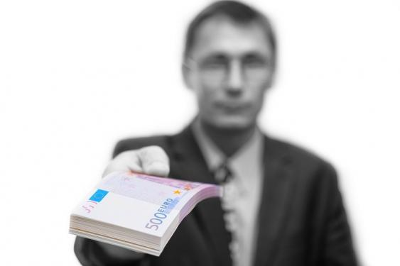 Mann mit 500-Euro-Geldscheinbündel