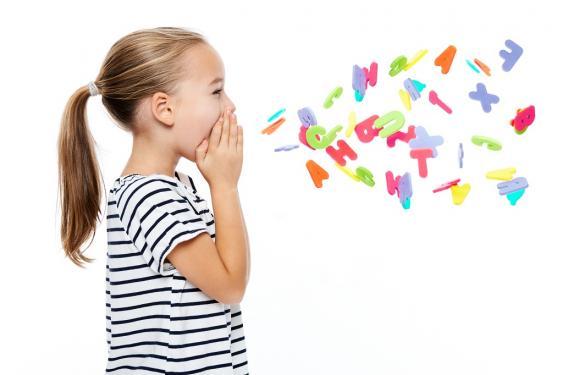 Rufendes Mädchen mit Buchstabensalat