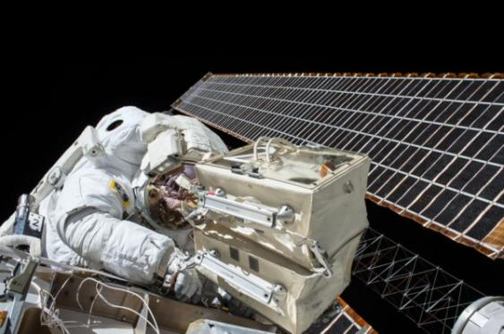 Astronaut vor ISS