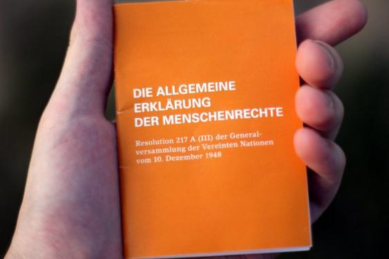 Broshüre mit der AEMR in deutscher Sprache