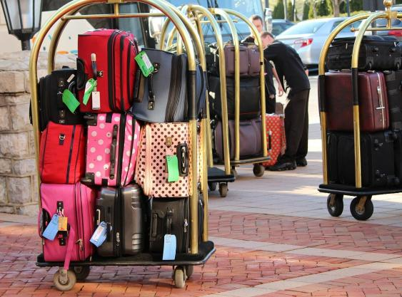 Gepäckwagen vor einem Flughafen