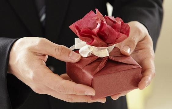 Geschenkübergabe