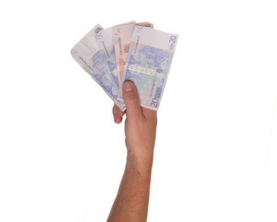 Hand mit aufgefächert gehaltenen Geldscheinen