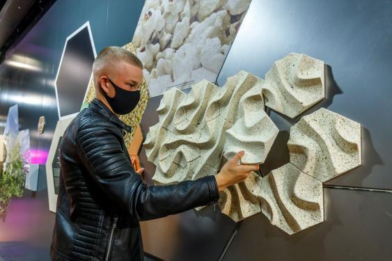 Besucher mít Dämmstoffplatten aus Popcorngranula