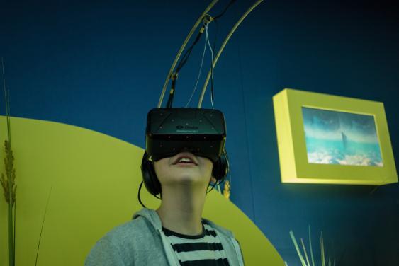 Junge mit aufgesetzter Virtual-Reality-Brille