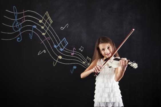 Geige spielendes Mädchen