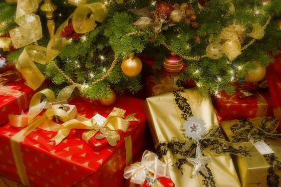 Weihnachtsgeschenke unter Tannenbaum