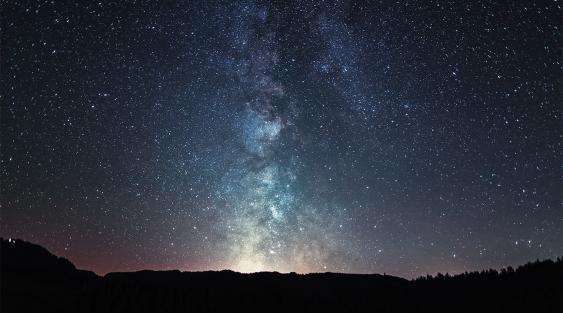 Nächtlicher Sternenhimmel mit Milchstraße, Winkelmoos