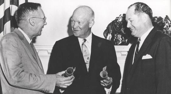 US-Präsident Dwight Eisenhower (Mitte), T. Keith Glenna (links) und Hugh L. Dryden, 29.09.1958