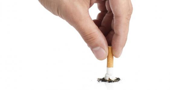 Hand beim Ausdrücken einer Zigarette