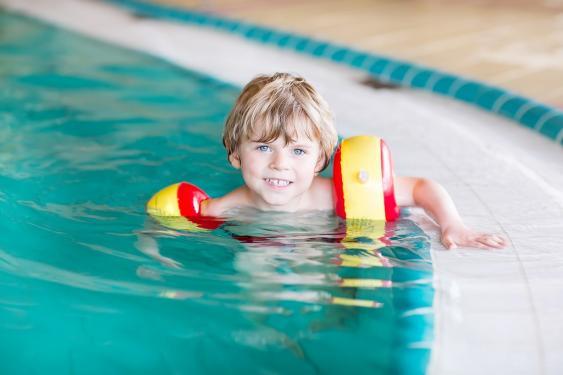 Junge mit Schwimmflügeln