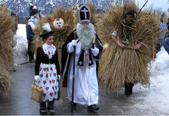 Nikolaus mit Nikoloweibl und dien Buttnmandl im Berchtesgadener Land