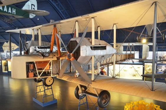 Vickers Vimy IV in der Flughalle des Science Museum, London