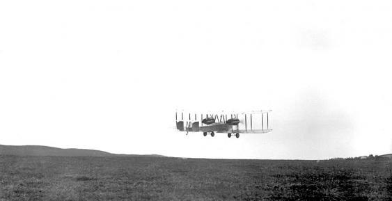 Start der Vickers Vimy von Alcock und Brown in St. John's, Neufundland am 14. Juni 1919