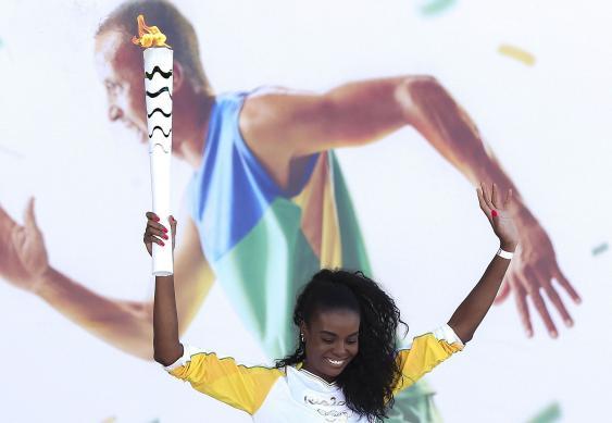 Volleyballstar Fabiana Claudino mit der olympischen Fackel