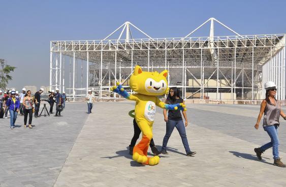 Maskottchen Vinicius vor dem Schwimmstadion in Barra