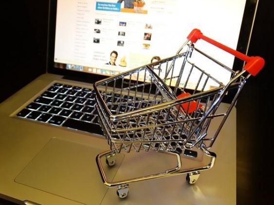 Modell eines Einkaufswagens auf Laptop