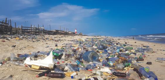 Plastikmüll am Strand von Accra, Ghana