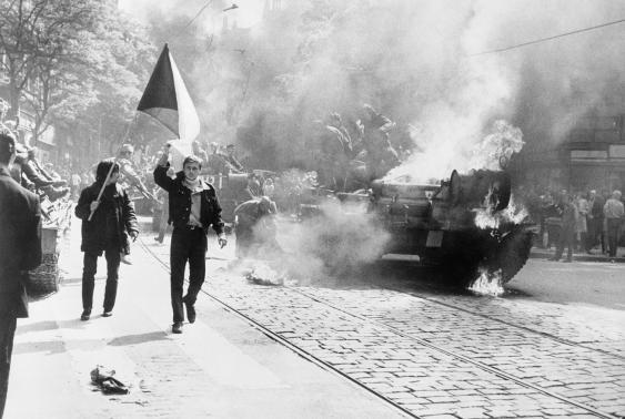 Brennender Panzer während der Proteste gegen den Euínmrach in Prag, 1968