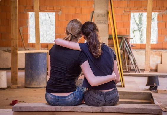 Sitzendes Paar in einem Neubau