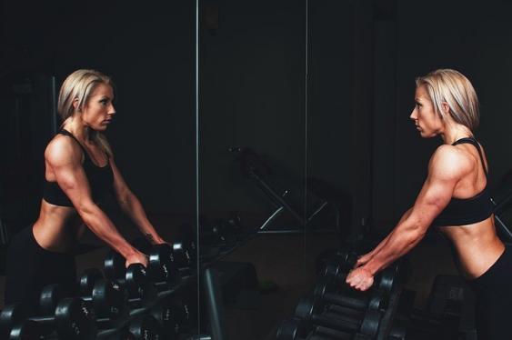 Kraftsportlerin beim Training