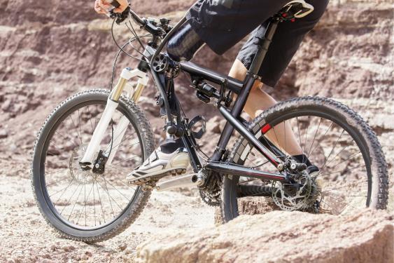 Biker mit Hightech-Prothese
