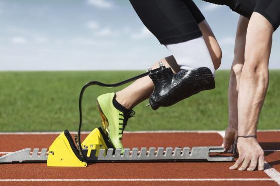 Sprinter mit Beinprothese im Startblock
