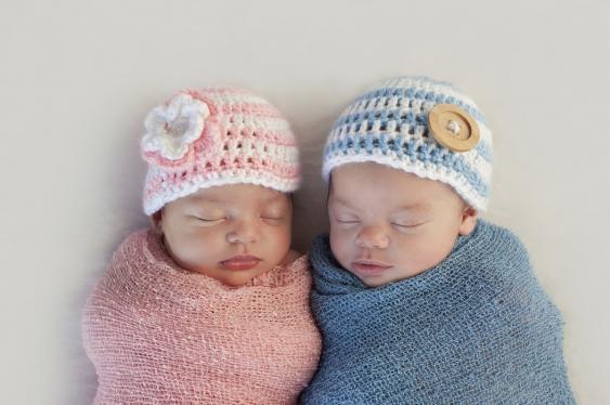 Neugeborenes Zwillingspaar in Blau und Rosa