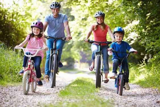 Radfahrende Familie