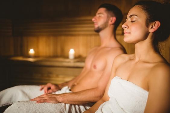 Fraun und Mann beim Saunabesuch