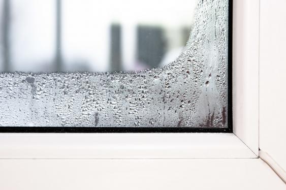 Fensterscheibe mit Kondenswasser