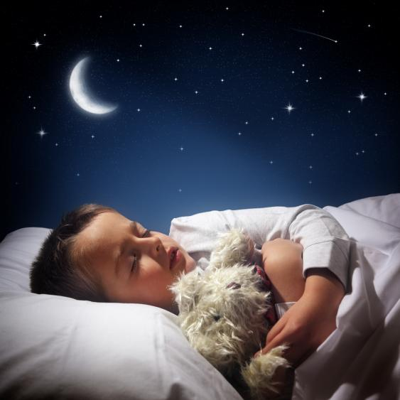 Schlafender Junge mit Stofftier