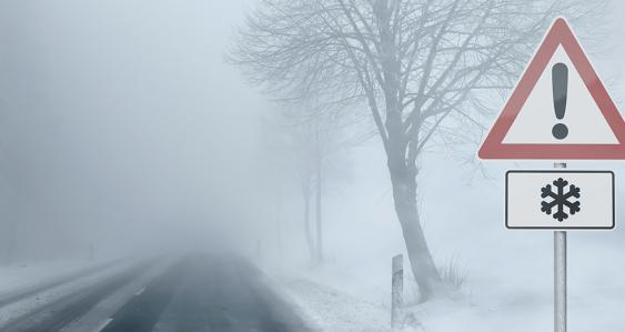 Vereiste Straße im Nebel