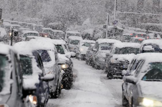 Autos auf verschneiter Straße
