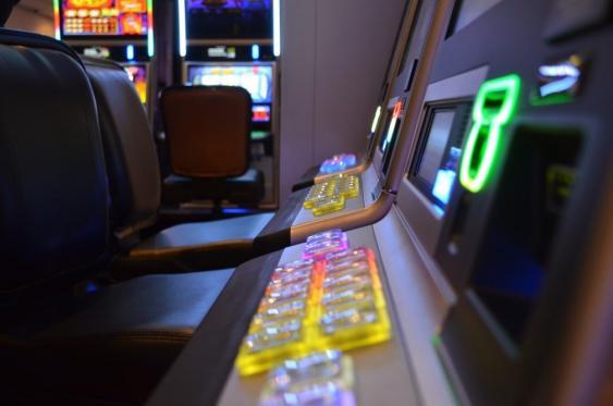 Reihe von Geldspielautomaten