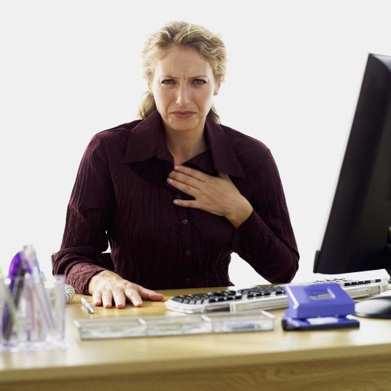Frau mit Hand auf Brustbein
