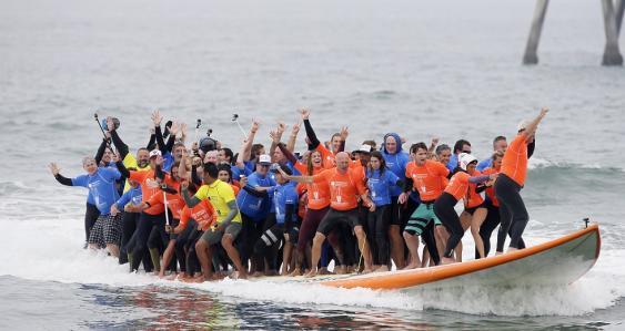 66 Menschen auf einem Surfbrett in Huntingdon Beach, Kalifornien