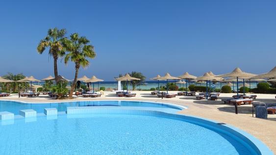 Swimming Pool einer Hotelanlage
