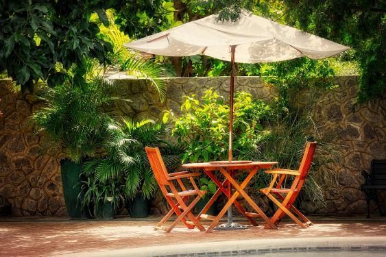 Gartensitzecke mit Sonnenschirm